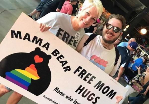 """abracos gays3 - Igreja organiza """"abraços de mãe"""" para gays rejeitados pela família nos EUA"""
